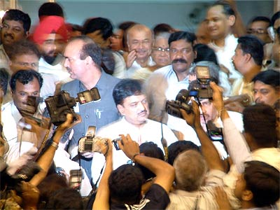 Vilasrao Deshmukh mobbed by mediapersons